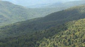 Ombre della nuvola sulle montagne verdi video d archivio