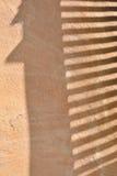 Ombre des abat-jour vénitiens sur le mur Image stock