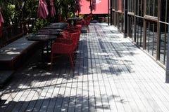 Ombre des branches et des feuilles d'arbre sur la section dinning et les planchers en bois Image stock