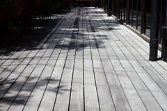 Ombre des branches et des feuilles d'arbre sur les planchers en bois Photos libres de droits