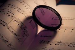 ombre en forme de coeur sur la feuille de musique Photo libre de droits