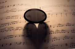 ombre en forme de coeur sur la feuille de musique Photographie stock