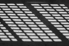 Ombre et lumière Rebecca 36 Lumière de jour ensoleillé de trellis en métal dans le mail shoping non fini abandonné Images stock
