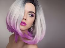 Ombre guppar den blonda korta frisyren Purpurfärgad makeup härligt hår royaltyfria bilder