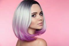 Ombre guppar den korta frisyren Härlig kvinna för hårfärgläggning moderiktigt royaltyfri foto