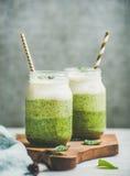Ombre mergulhou batidos verdes com palhas nos frascos de vidro Fotos de Stock Royalty Free