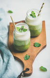 Ombre mergulhou batidos verdes nos frascos de vidro com palhas Fotografia de Stock Royalty Free