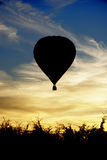 Ombre noire d'un ballon à air chaud au coucher du soleil Photo stock