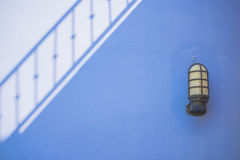 Ombre sur le mur de ciment et le fond de lampe Photographie stock libre de droits