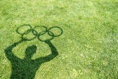 Ombre tenant les anneaux olympiques Rio de Janeiro Photographie stock
