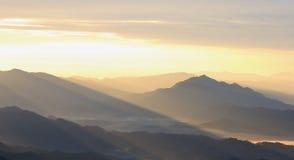 Ombreggi la montagna nella sera dopo il tramonto Fotografia Stock Libera da Diritti