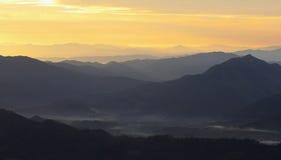 Ombreggi la montagna nella sera dopo il tramonto Fotografia Stock