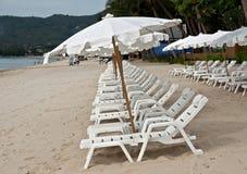 Ombrelli bianchi alla spiaggia Immagini Stock