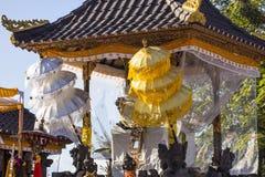 Ombrelli a cerimonia indù, Nusa Penida, Indonesia di festeggiamenti Fotografia Stock Libera da Diritti