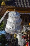 Ombrelli a cerimonia indù, Nusa Penida, Indonesia di festeggiamenti Immagine Stock