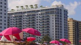 Ombrelli del sud 4k S.U.A. dell'albergo di lusso della spiaggia di Miami di giorno di estate stock footage