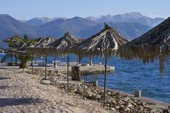 Ombrelli della paglia e mare blu Fotografia Stock