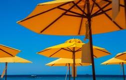 Ombrelli della spiaggia h immagine stock