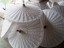 Ombrelli di carta nella fabbricazione di carta Immagini Stock