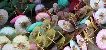 Ombrelli di carta nella fabbricazione di carta Immagine Stock
