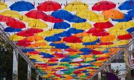 Ombrelli di galleggiamento colorati che volano nel cielo зР¾ Ð ½ Ñ 'Ñ ‹ÑƒÐºÑ€Ð°ÑˆÐµÐ ½ ‹del † Ñ di Ð¸Ñ di иÐ? уЄ immagini stock libere da diritti