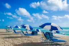Ombrelli di spiaggia alla mattina Miami Beach Immagini Stock