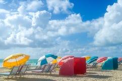 Ombrelli di spiaggia alla mattina Miami Beach Immagine Stock