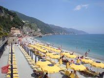 Ombrelli di spiaggia brillantemente colorati sulla spiaggia italiana Fotografia Stock