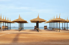 Ombrelli di spiaggia & chaise-lounge del sole sulla spiaggia Immagini Stock
