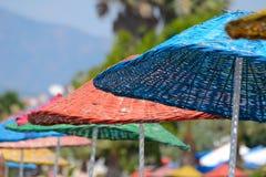 Ombrelli di spiaggia Colourful sotto il sole Immagine Stock