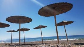 Ombrelli di spiaggia del mare in kanali Grecia di Preveza Immagini Stock