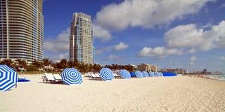 Ombrelli di spiaggia e presidenze di salotto del sud immagine stock