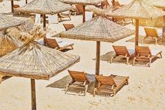 Ombrelli di spiaggia e presidenze di salotto Fotografie Stock Libere da Diritti