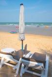 Ombrelli di spiaggia e sedili prendenti il sole Immagini Stock