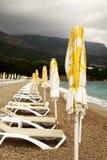 Ombrelli di spiaggia e sunbeds Fotografia Stock Libera da Diritti