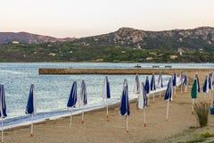 Ombrelli di spiaggia sulla spiaggia nel nord-est della Sardegna Italia immagine stock