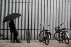 Ombrelli e biciclette fotografia stock