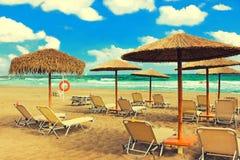 Ombrelli e chaise longue della paglia sul beac tropicale del sud Fotografia Stock Libera da Diritti