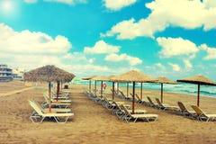 Ombrelli e chaise longue della paglia sul beac tropicale del sud Immagine Stock Libera da Diritti