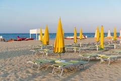 Ombrelli e chaise longue gialli sulla spiaggia di Rimini in  Fotografie Stock