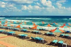 Ombrelli e chaise longue su una bella spiaggia tropicale Fotografia Stock