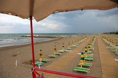 ombrelli e sedie a sdraio dalla torre di sorveglianza del bagnino fotografie stock