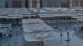 Ombrelli nel lasso di tempo della moschea di Nabawi dall'alba alla mattina stock footage