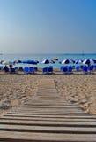 Spiaggia greca con gli ombrelli Fotografie Stock Libere da Diritti
