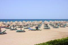 Ombrelli su una spiaggia Fotografia Stock