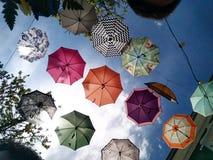 Ombrelli sul cielo fotografia stock