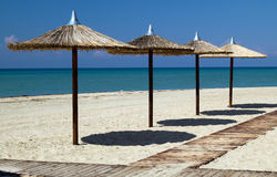 Ombrelli sulla spiaggia tropicale perfetta Immagini Stock