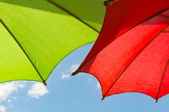 2 ombrelli variopinti con il fondo del cielo Fotografie Stock