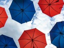 Ombrelli variopinti d'attaccatura sopra il cielo fotografia stock libera da diritti