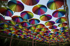 Ombrelli variopinti nel cielo Immagine Stock